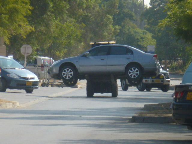 Une voiture sur un chariot élévateur