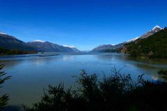 Lac San Martin au sud de Villa O Higgins. A gauche l'argentine à droite le Chili