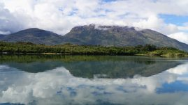 Les montagnes se reflètes dans l'eau sur le canal. (Doreen Winzar)