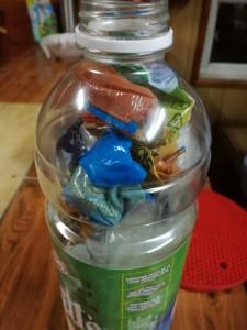 Bouteille plastique avec des déchets