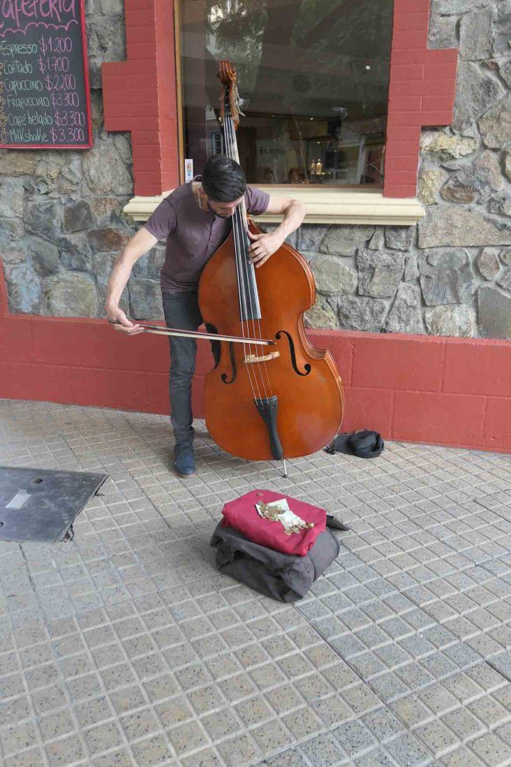 Contrebassiste jouant dans la rue
