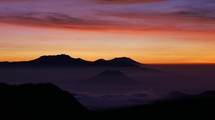 Le soleil commence à pointer son nez seulement quelques minute après notre début d'ascension