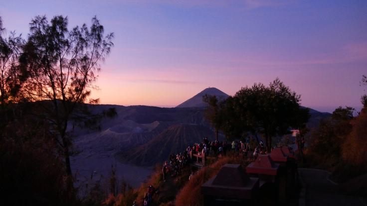 La foule est en nombre pour observer le volcan Bromo