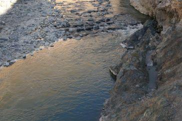 Fumeroles dans la rivière Colca river... Et canal de prise d'eau datant des Incas.