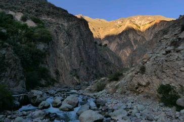 Le canyon se part de couleur au moment du coucher de soleil