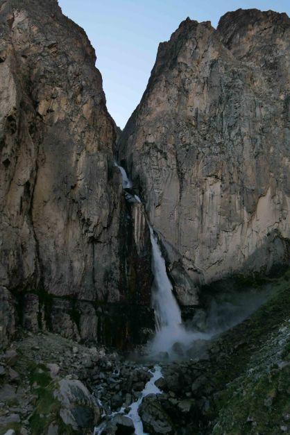 L'eau semble sortir directement de la montagne!!